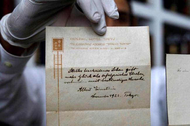 愛因斯坦近百年前快樂論紙條 拍賣4751萬