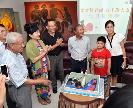 梁奕焚偕家人在台灣藝術公司的個展開幕會上,歡慶80大壽