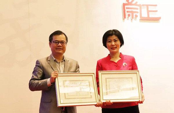 廣東崇正首席執行人許習文先生為拍賣師趙慧女士頒發白手套證書
