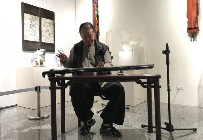 台灣陶瓷藝術家李存仁老師撫琴
