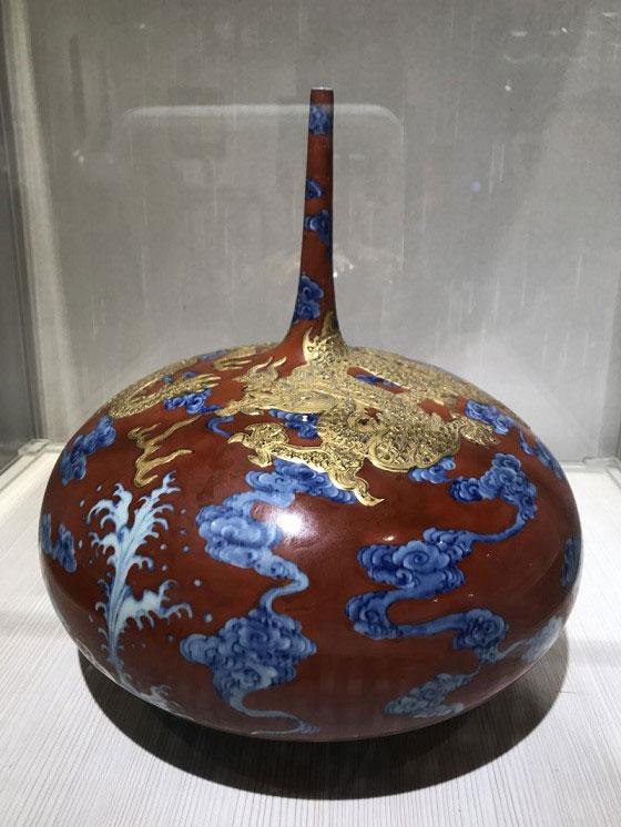 台灣陶瓷藝術家李存仁作品:描地紅金龍會尖頸扁球瓶