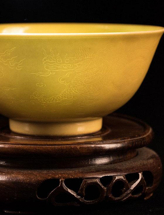 弘治黃釉暗龍碗-中國陶器藝術品碗身細節