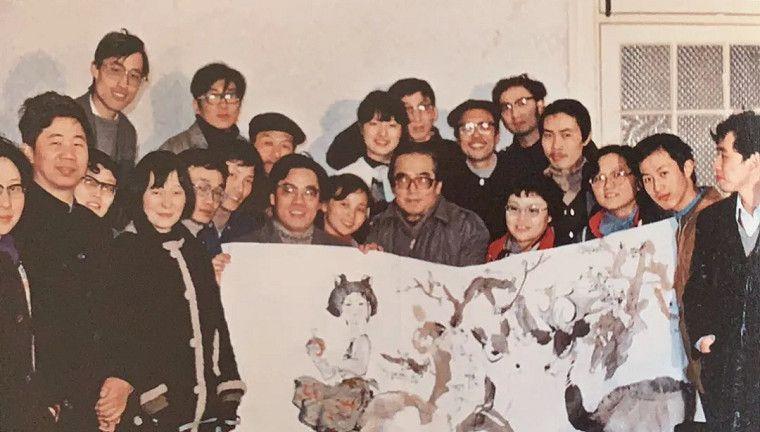 圖二:1986年程十發先生與上海中國畫院業餘進修夜校人物班師生合影